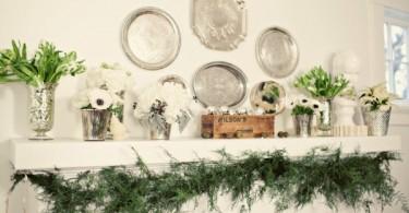 Полочка декорированная зелеными растениями