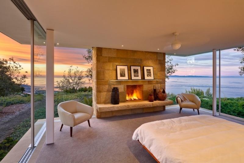 Спальня с огромными окнами и камином