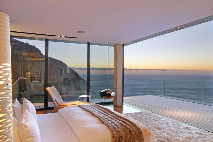 Уютная спальня с огромными окнами
