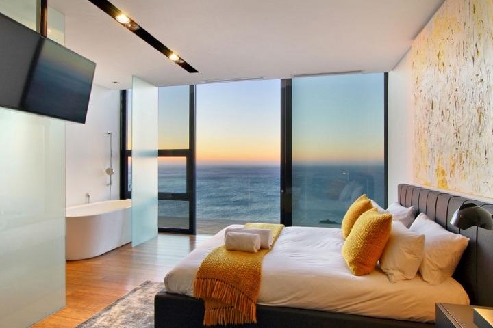 Светлая спальна с яркими акцентами и ванной