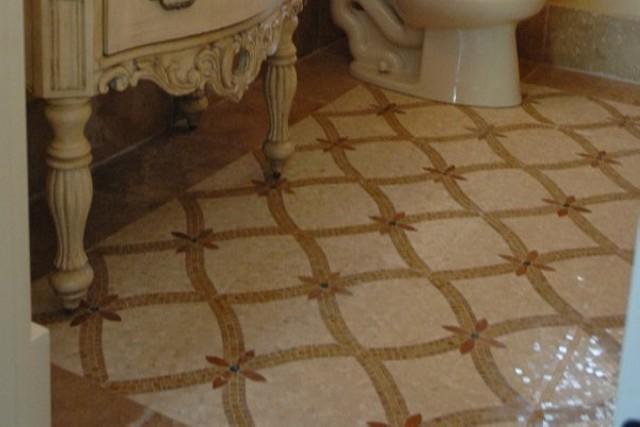 Стеклянная плитка на полу в ванной комнате