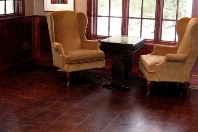 Покрытие из кожи на полу в кабинете