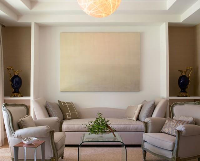 Сочетание различных форм и предметов в интерьере гостиной