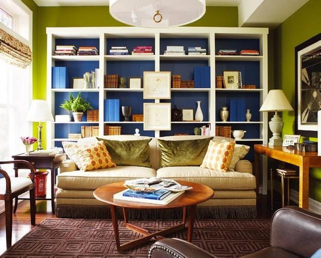 Покрашенные свежей краской шкафы в кабинете