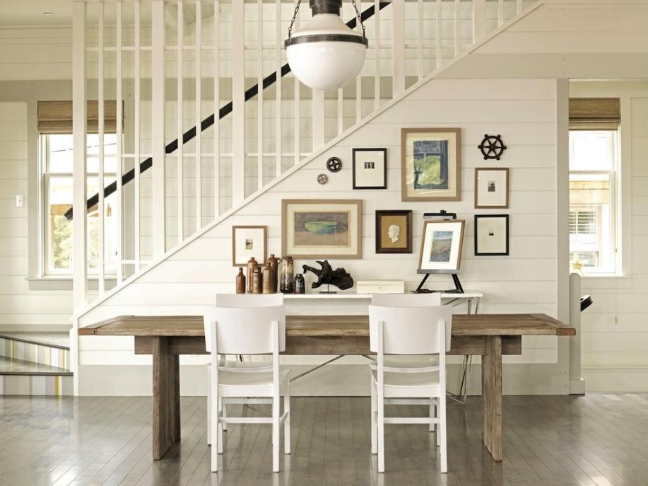 Мягкий интерьер подчеркивает два белых стула