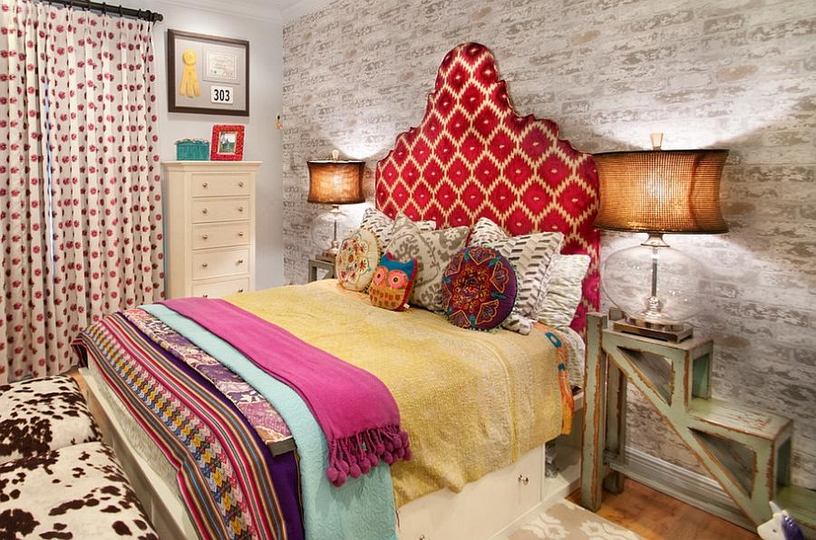 Эклектичная спальня с креативными тумбами необычной формы