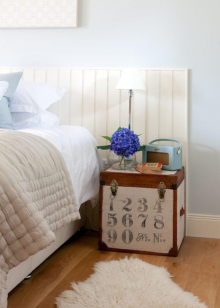 Маленький милый дорожный сундучок в современной спальне