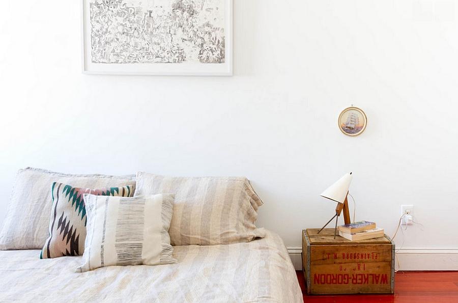Старый ящик в минималистичной белой приватной зоне с низкой кроватью