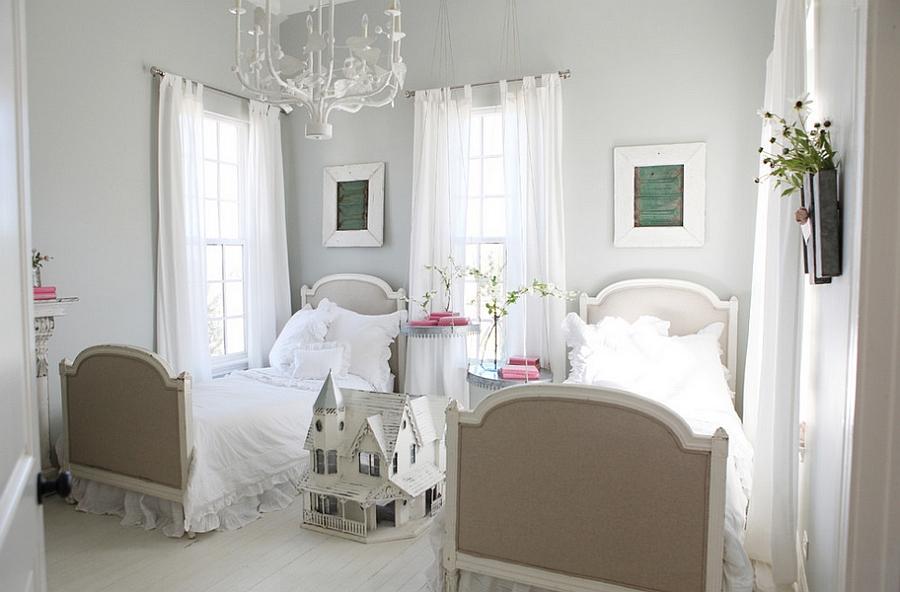 Уютная маленькая спальня в белыъ тонах