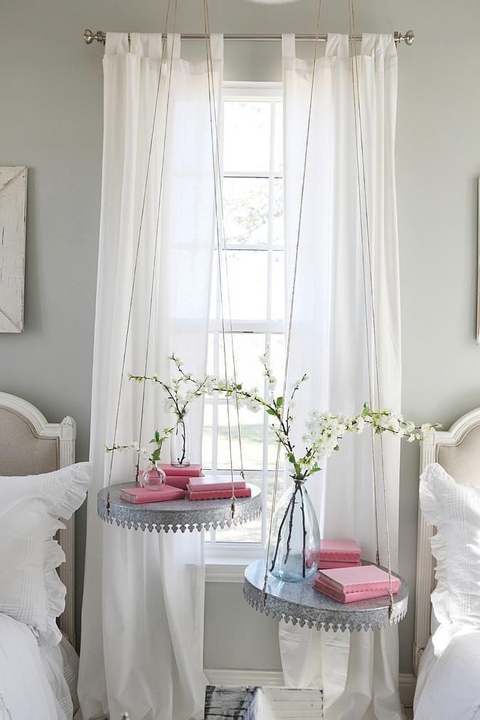 Маленькая спальня с подвесными столешницами
