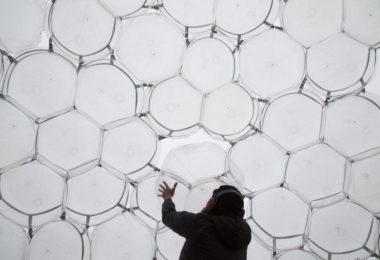Последний штрих дизайнера при возведении «воздушного» здания из пузырей