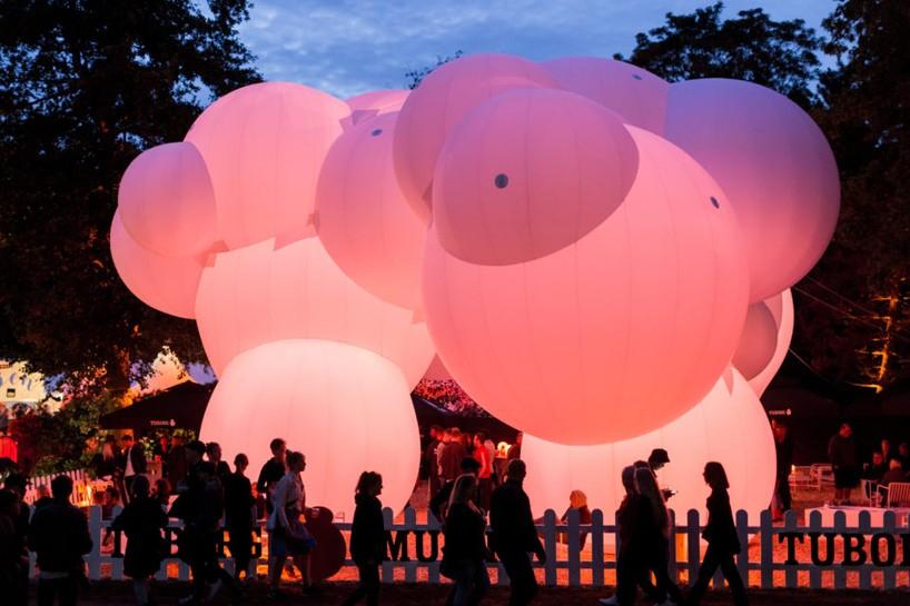 Здание из пузырей: инсталляция SKUM