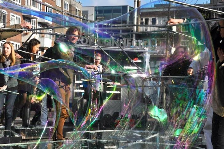 Здание из пузырей: прохожие пробуют надувать мыльные шары