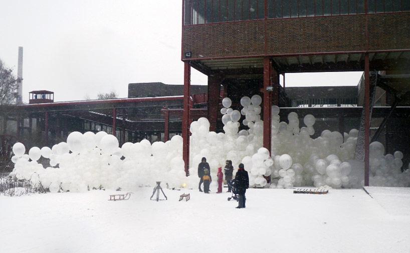 Здание из пузырей: инсталляция «Мыльная опера»