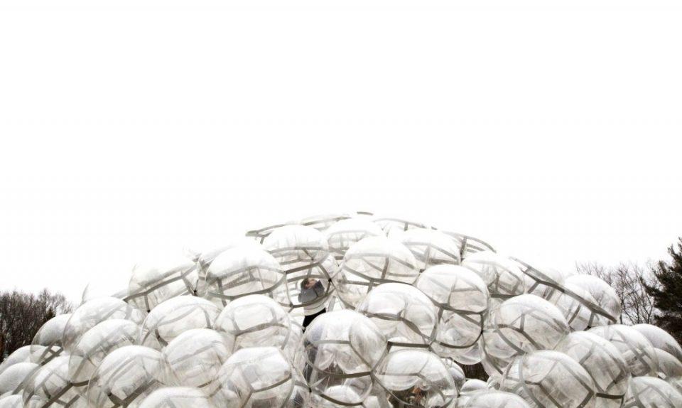 Здание из пузырей изготовлено из сотен пластмассовых шариков TPU