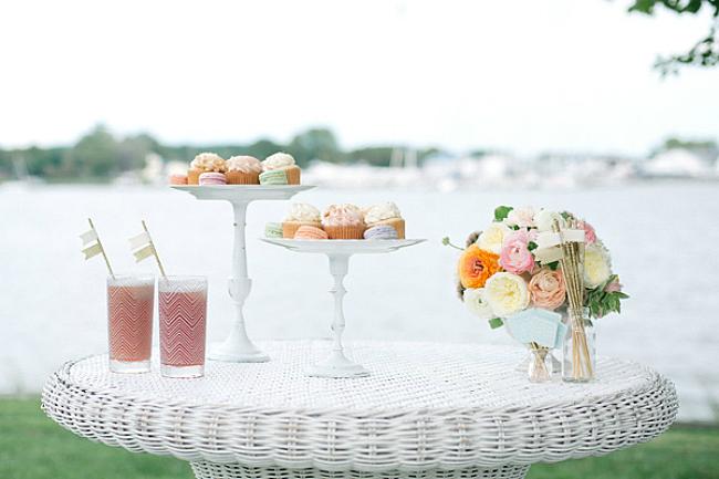 Белая подставка из тарелки и подсвечника в интерьере свадебного стола