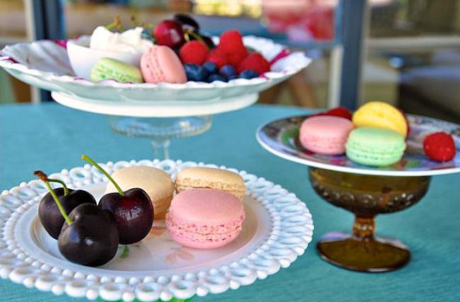 Разноцветные вазочки в виде подставок для сладостей и фруктов