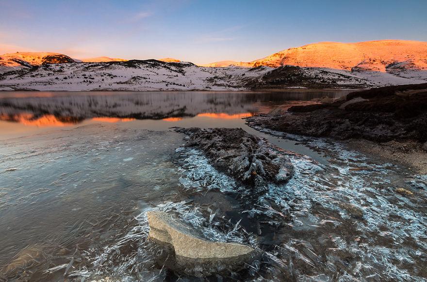 Озеро Belmeken в национальном парке Rila в Болгарии