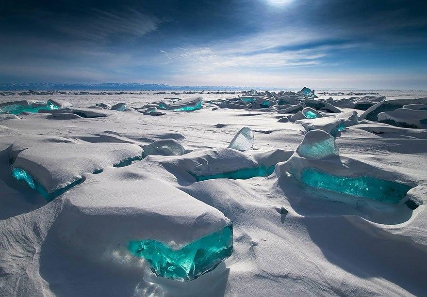 Ледовые изумруды на озере Байкал в России