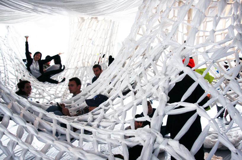 Радостные люди в сетчатой инсталляции