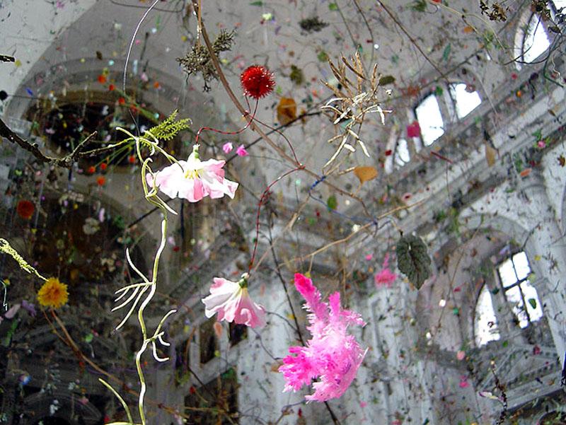 Инсталляция осыпающихся цветов