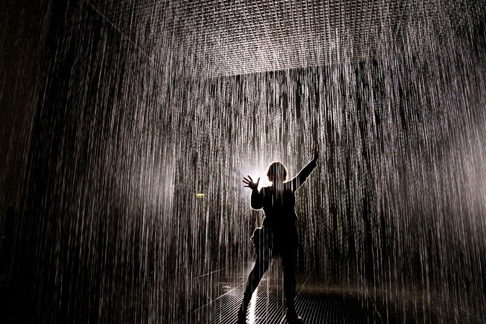В этой комнате, благодаря 3D камере, можно пройти сквозь ливень и остаться сухим