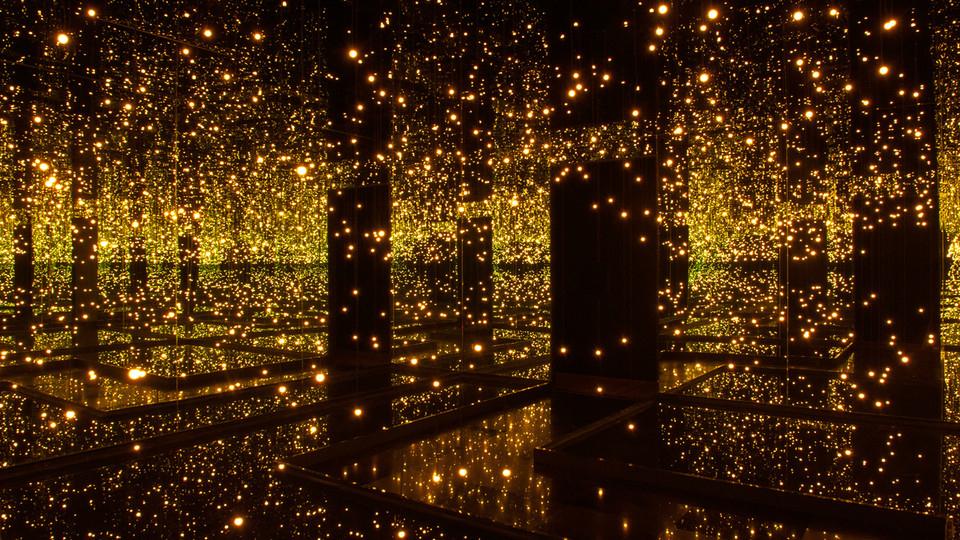 Огромные зеркала и светодиодные лампы