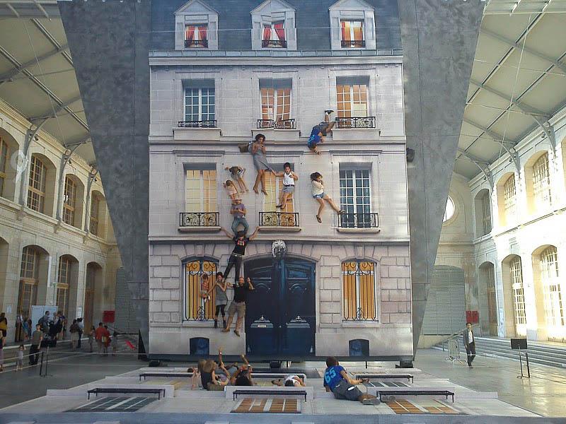 Впечатление летающих людей на здание