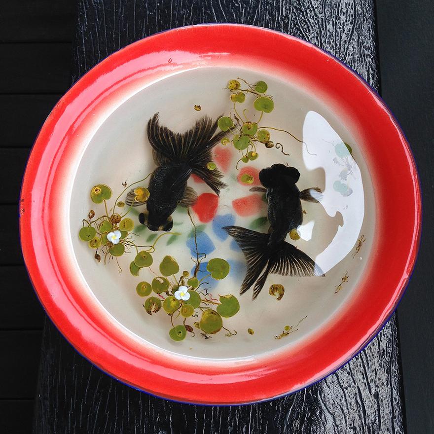 Картина черных рыбок в посудине
