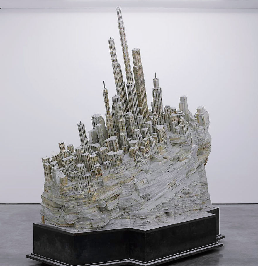 Заброшенный город, массивная скульптура