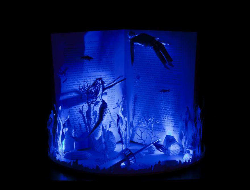 Скульптура русалочки с синей инсталляцией