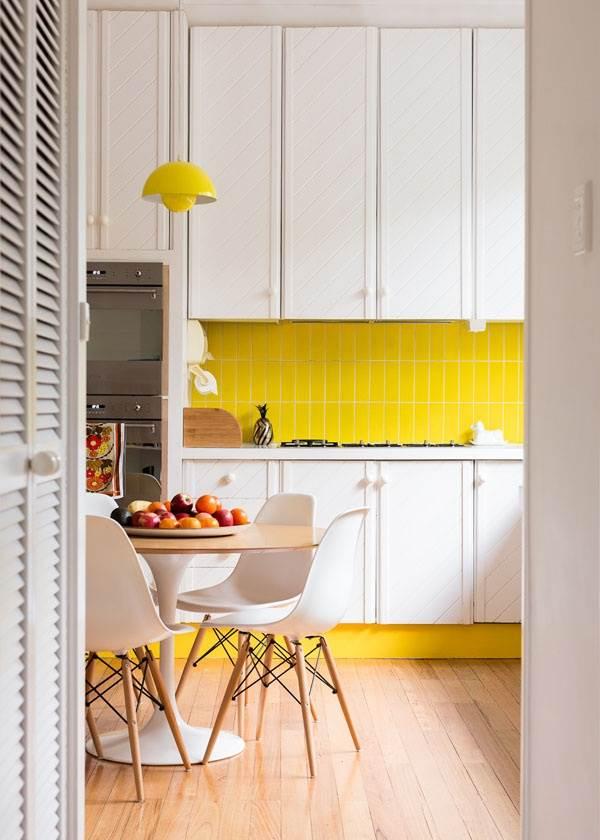 Желтая мебель и фартук