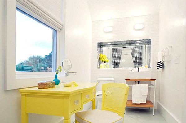 Желтый стол со стулом