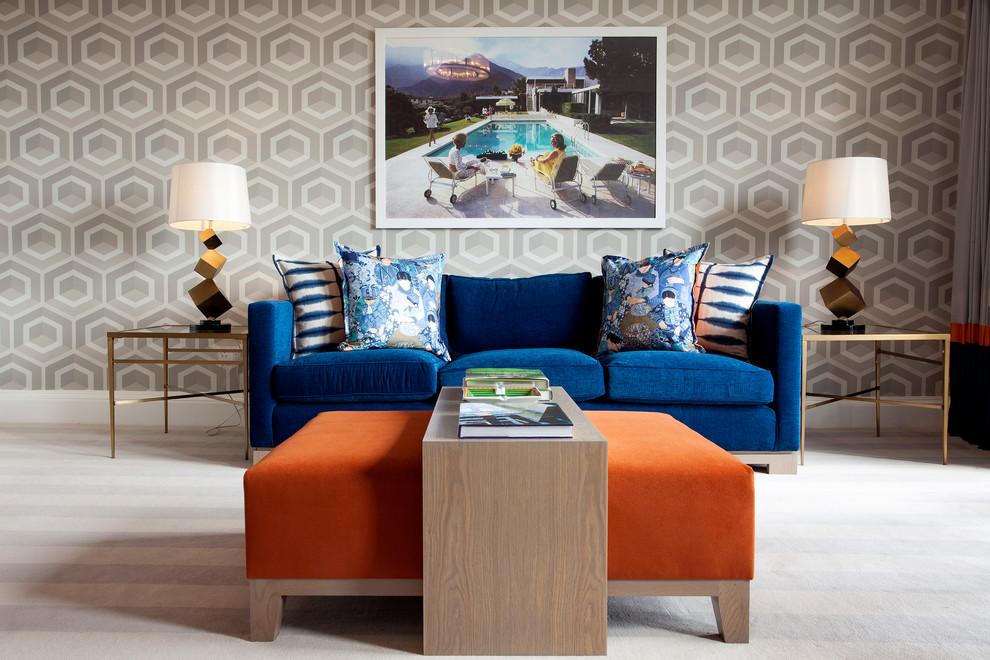 Яркие диваны и фотография в гостиной