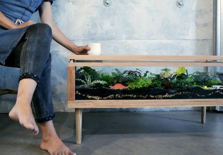 Дизайн деревянного стола с маленьким садом внутри