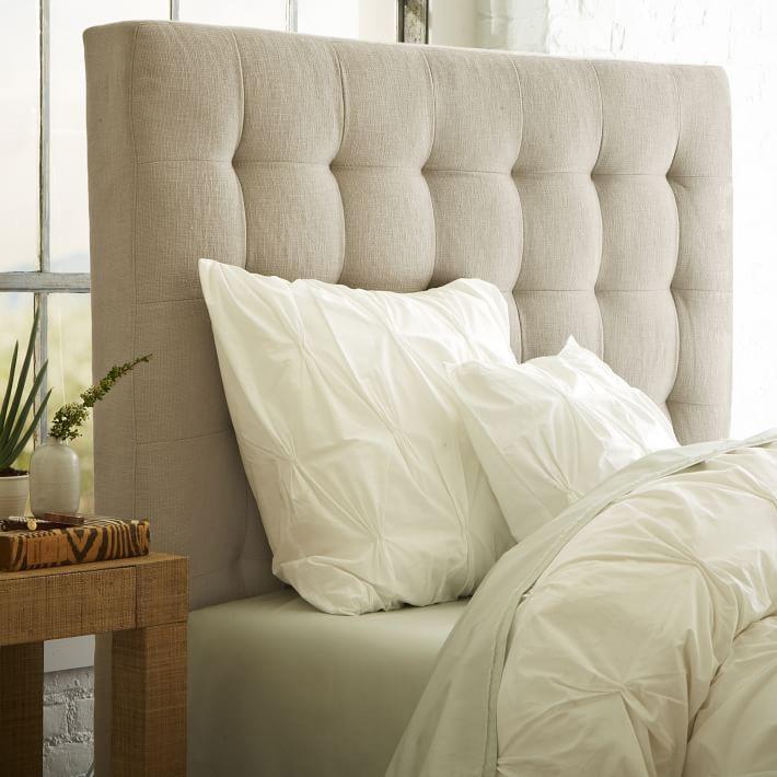 Красивый облик современной кровати в кофейных тонах