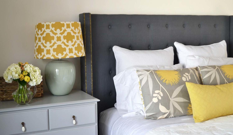 Красивое сочетания ночника с подушками на кровати
