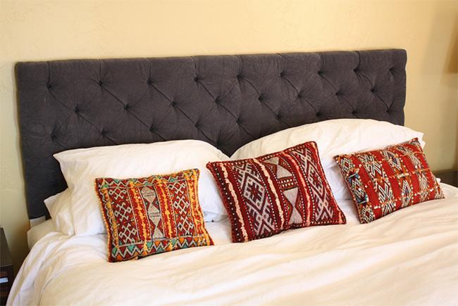 Интересное сочетания подушек с белым покрывалом