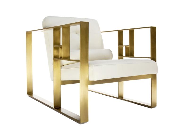 Кресло с золотыми подлокотниками