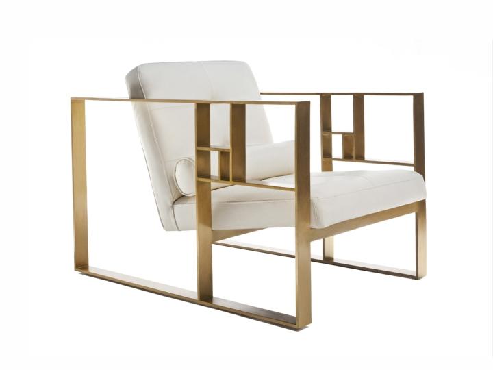 Дизайнерское кресло с золотыми подлокотниками