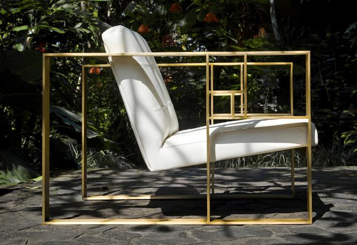 Золотые подлокотники у дизайнерского кресла