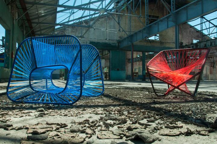 Синее и красное кресло Vibra от Райко Валладареса и Хосе А Вильи