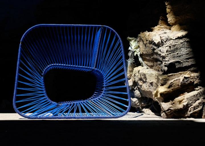 Синее кресло Vibra от Райко Валладареса и Хосе А Вильи в близи