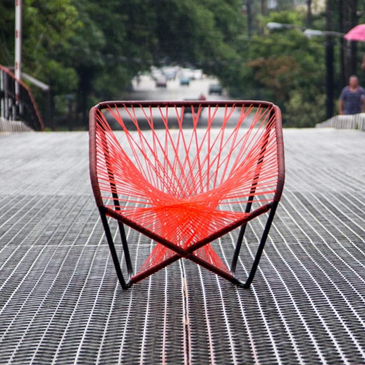Красное кресло Vibra от Райко Валладареса и Хосе А Вильи в близи