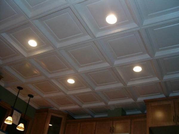 Белые потолочные панели со встроенными светильниками