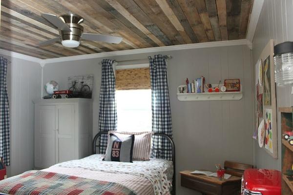 Спальня в деревенском стиле с деревянным потолком