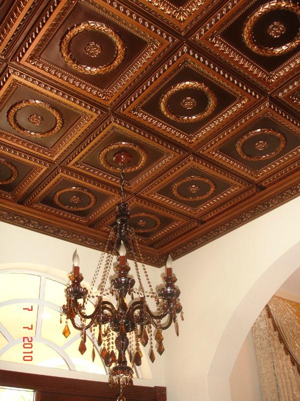 Золотисто-коричневая потолочная плитка