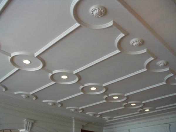 Лепнина на белом потолке