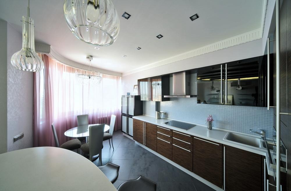 Белый потолок на кухне