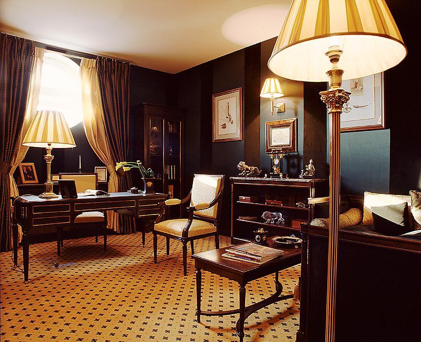 Деревянная мебель в кабинете